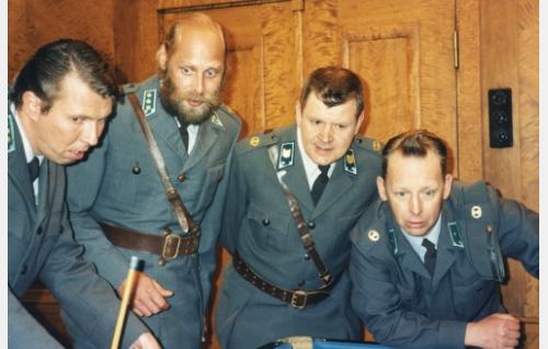 Eversti Terävä (Martti Suosalo), kapteeni Kuortti (Vesa Vierikko), vääpeli Körmy (Heikki Kinnunen) ja vänrikki Nappula (Tom Pöysti) taktiikkapalaverissa.