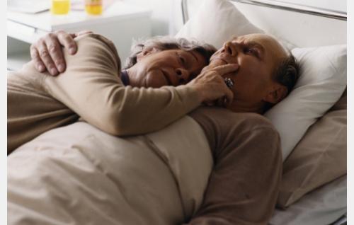 Syöpään kuoleva Henri (Veikko Mylly) ja hänen vaimonsa Milja (Elina Hoffrén). Kuva: Sanna Vanninen.