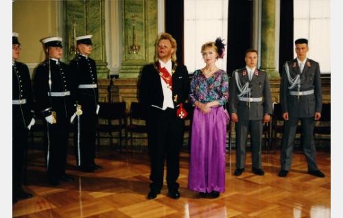 "Uuno Turhapuro (Vesa-Matti Loiri) ja hänen vaimonsa Elisabeth (Marjatta Raita), tasavallan ""presidenttipari""."