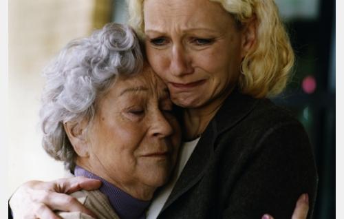 Milja (Elina Hoffrén) ja hänen tyttärensä Merja (Ritva Sorvali). Kuva: Sanna Vanninen.