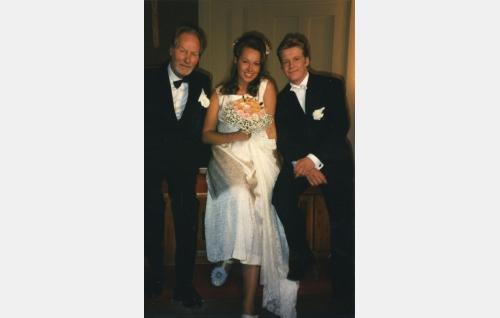 Taavetti Rytkönen (Kalevi Kahra) ja vasta avioituneet Irmeli Loikkanen, Sorjosen morsian (Susanna Mikkonen) ja sulhanen Seppo Sorjonen (Santeri Kinnunen).