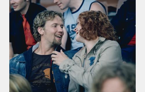 Pete(Petteri Summanen) ja Anna (Minna Haapkylä) MM-kisakatsomossa.