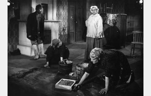 Nimismiehen rouva Braxell (Tyyne Haarla, yöpaidassa) on käskenyt piika-Marin (Kirsti Ortola, vas.) ja apuvaimo Lindgreenskan (Kaisu Leppänen) suursiivoukseen. Janne-renki (Kaarlo Halttunen) seuraa sivummalla.