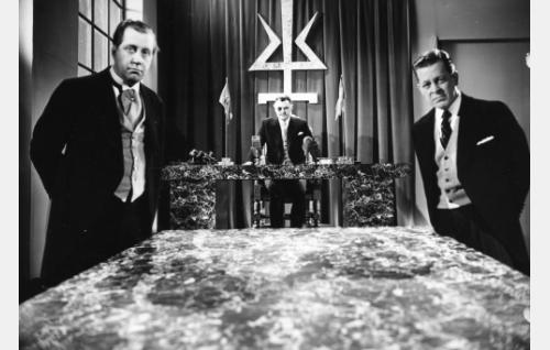 Kenraalijohtajana Tauno Palo, ministereinä Armas Jokio (vasemmalla) ja Hannes Veivo.