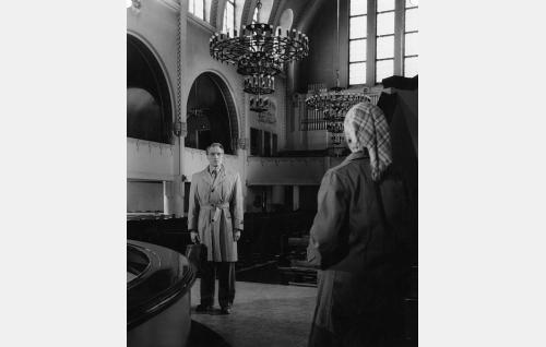Pertti Kuusi (Åke Lindman) kohtaa Kallion kirkossa naisen (Toini Ylönen).