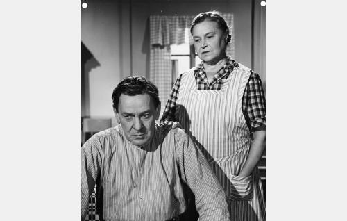 Juho Kustaala (Arvo Lehesmaa) ja hänen vaimonsa Hanna Kustaala (Tyyne Haarla), Einon vanhemmat.
