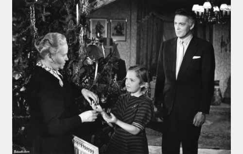 Elmerin äiti (Anni Aitto) tunnistaa lapsenlapsensa Maryn (Heli Eskola) Juhanalta saaman korun. Agronomi Elmer Oras (Erkki Viljos) seuraa tapahtumia.
