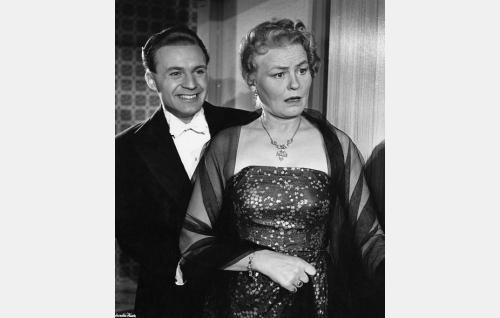 Tarmo Perttula (Kurt Ingvall) ja hänen äitinsä Hanna Perttula (Emma Väänänen).