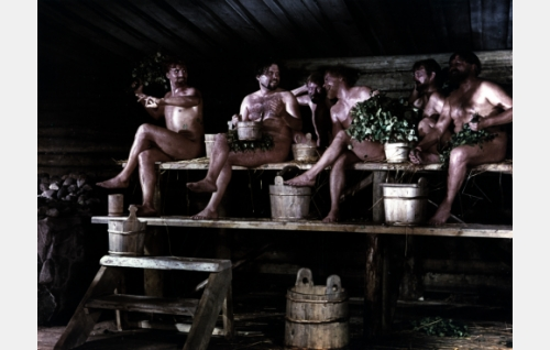 Miehet saunassa ennen Shemeikan juhlia.