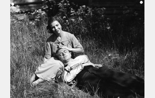 Sundvallin piika, Iita (Rauni Ikäheimo) ja sahatyömies Mauno Viljanen (Heikki Savolainen)