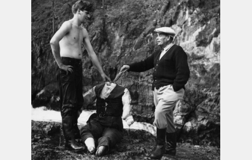 Elokuvan loppukohtauksen kuvausta valmistellaan Kuusamossa. Oikealla tuottaja-ohjaaja Toivo Särkkä, vasemmalla kuvausryhmän jäsen Keijo Heino. Näyttelijän sijasta käytetään nukkea.