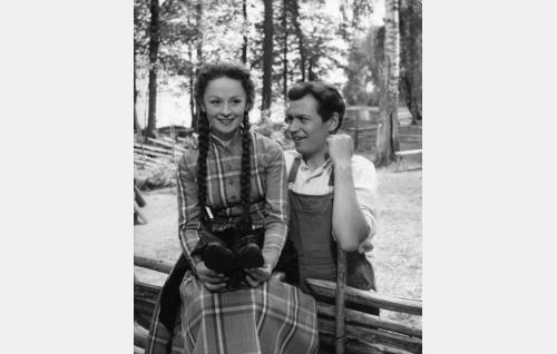 Anu (Marjatta Kallio) ja Mikko (Sakari Jurkka).