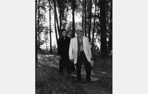 Rantoon professori (Aku Korhonen) ja hänen kesäpiikansa Silja Salmelus (Heidi Krohn).