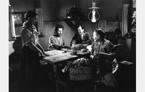 Nukarin talossa: piika Silja Salmelus (Heidi Krohn), renki Honkkeli-Väinö (Pentti Siimes), Nukarin isännän veli Amerikan Ville (Oke Tuuri) sekä Nukarin emäntä (Helmi Lehosti).