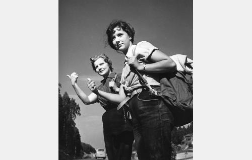 Tilly (Maija Karhi) ja Eila (Heidi Krohn) liftaavat Jussi-serkun mökille.