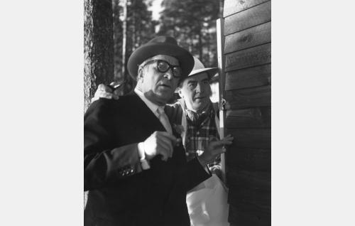 Elokuvatuottaja (Uuno Laakso) ja kirjailija Saku (Joel Rinne).