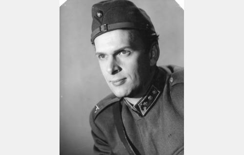 Kapteeni Esko Teräs (Matti Ranin).