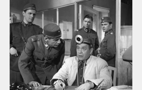 Etualalla vasemmalta kapteeni Esko Teräs (Matti Ranin), ylivääpeli Muttila (Pentti Irjala) ja lääkintämajuri Kara (Reino Valkama). Oven suussa lääkintäalikersantti (Kalevi Hartti) sekä alikersantti Jokela (Leo Jokela).