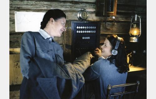 Viestilotat Kirre (Tarja Matilainen) ja Anna (Karoliina Vanne) puhelinkeskuksessa.