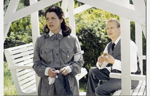 Anna (Karoliina Vanne) ja  Lasse (Turkka Mastomäki) Moisiossa kesällä 1939.