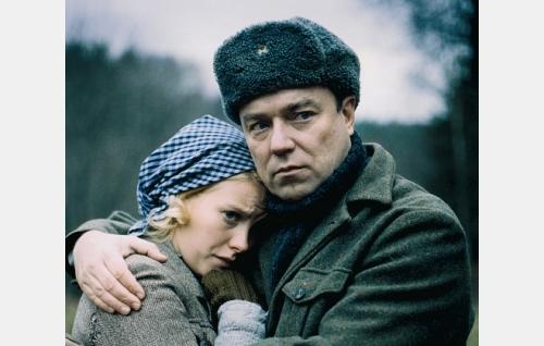 Isä Helmer (Pertti Sveholm ) ja tytär Mona (Laura Birn)