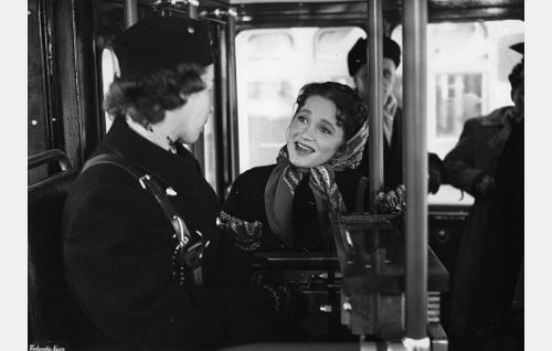Valvontakomission työntekijä Anjuska Semjonova (Anneli Haahdenmaa) helsinkiläisessä raitiovaunussa.