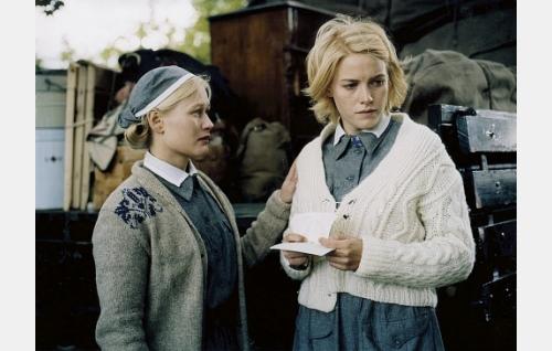 Ruth (Hanna Lekander) ja Mona (Laura Birn).