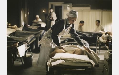 Ruth (Hanna Lekander) töissä kenttäsairaalassa.