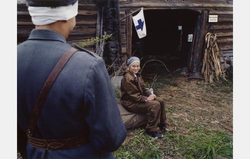 Mona (Laura Birn) ja Veikko (Ilkka Villi, selin) tapaavat rintamalla.