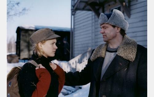 Mona (Laura Birn) ja seppä Ollinen (Kai Lehtinen) .
