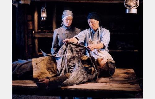 Ruth (Hanna Lekander) ja Anni-mummo (Eeva-Maija Haukinen) töissä kaatuneiden evakuointikeskuksessa.