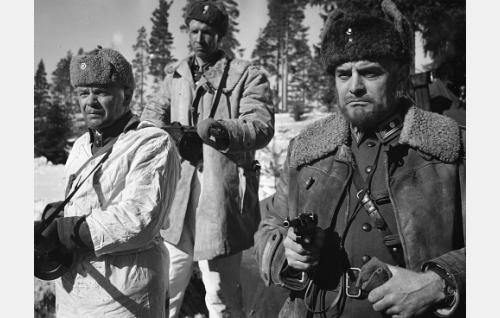 Pataljoonan komentaja (Tauno Palo, oikealla) ampuu käskyä uhmanneen joukkueen johtajan.