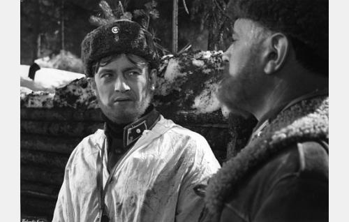 Vänrikki Veikko Lepistö (Jussi Jurkka) ja majuri Yrjö Hartti (Tauno Palo).