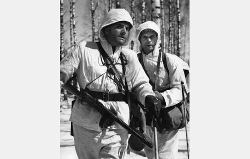 Majuri Yrjö Hartti (Tauno Palo) ja luutnantti Kalle Nuuttila (Ari Laine).