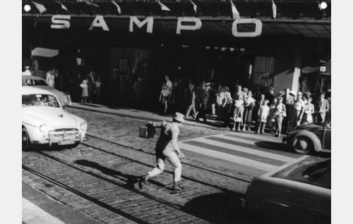 Elokuva kuvattiin pääosin Stockmannin tavaratalossa. Lasse Pöysti ylittää tietä tavaratalon pääsisäänkäynnin edessä.