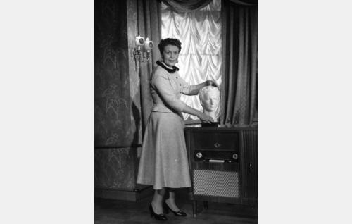 Rouva Varavaara (Irma Seikkula).