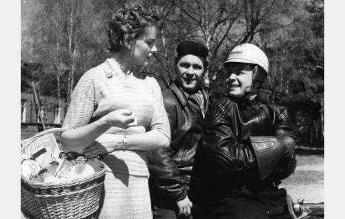 Liisa (Maija Karhi), Pena (Leo Jokela) ja Jaska (Lasse Pöysti).