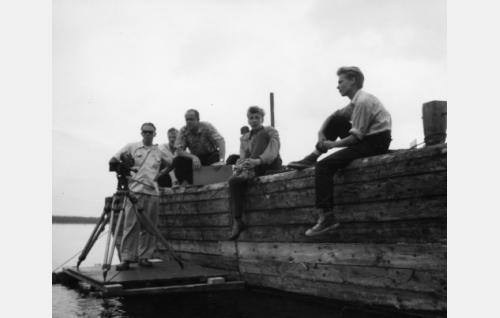 Kuvausta Puumalan satamalaiturilla, vas. kuvaaja Kauno Laine ja hänen vieressään ohjaaja Armand Lohikoski. Oikealla kuvausryhmän jäseniä. Kamera on mykkä-Arri.