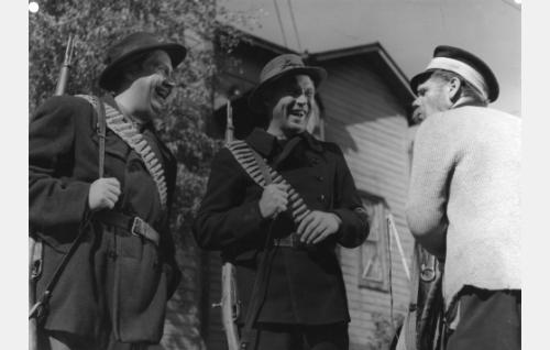 Punakaartilaiset (Armas Jokio ja Kullervo Kalske) tapaavat setä Aleksanterin (Pentti Irjala).