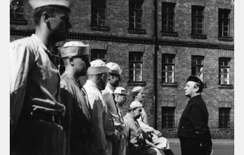 Kersantti Saastamoinen (Pentti Viljanen) ja reserviläiset