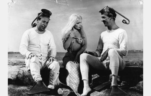 Sammakkomiehet Pätkä (Masa Niemi) ja Pekka (Esa Pakarinen) ovat löytäneet ulkoluodolta rysään takertuneen merenneito Helmin (Sirkka-Liisa Wilén).
