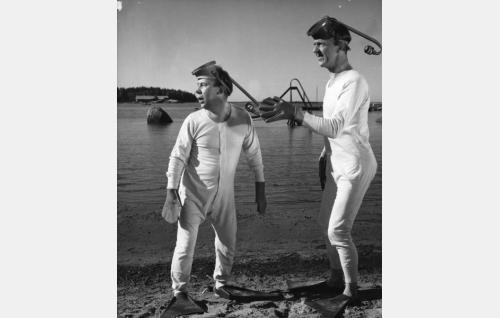 Pekka Puupää (Esa Pakarinen, oik.) ja Pätkä (Masa Niemi) sammakkomiehinä.
