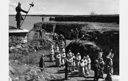 Elokuvan suurin joukkokohtaus, teloituskulkue, kuvattiin toukokuussa 1955 Viaporin museolinnoituksessa.