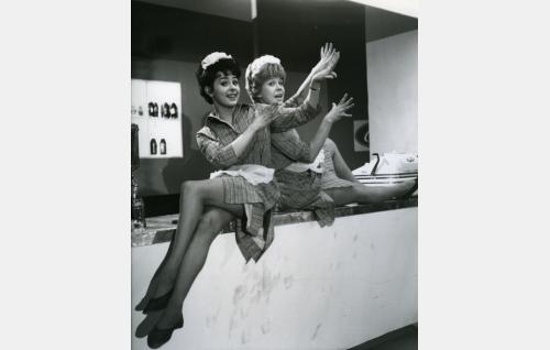 Jokisen siskokset Pirkko (Pirkko Mannola) ja Brita (Brita Koivunen) kaipaavat kahvibaarista toisenlaiseen elämään.