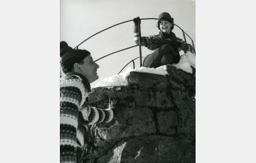 Johtaja Olavi Vuorimaa (Heikki Aarva) ja Pirkko Jokinen (Pirkko Mannola).