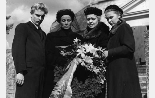 Aarne Niskavuori on laskettu sankarihautaan. Vasemmalta Paavo Niskavuori (Martti Katajisto), Ilona Niskavuori (Mirjam Novero), vanha emäntä (Elsa Turakainen) ja Lilli Niskavuori (Leila Väyrynen).