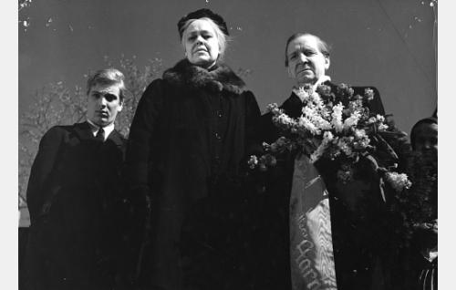 Luutnantti Aarne Niskavuoren sankarihautajaisissa Paavo Niskavuori (Martti Katajisto), vanha emäntä Loviisa (Elsa Turakainen) ja ministeri Kaarle Niskavuori (Artturi Laakso).