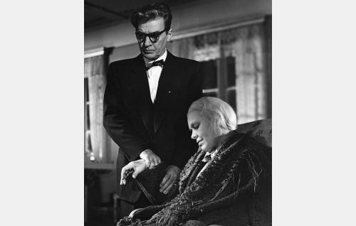Tohtori Artturi Santala (Joel Rinne) ja Loviisa, Niskavuoren vanha emäntä (Elsa Turakainen).