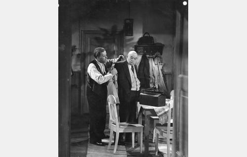 Huolestunut isä (Edvin Laine, vas.) ja Marjattaa tutkimassa käynyt lääkäri (Aku Korhonen).