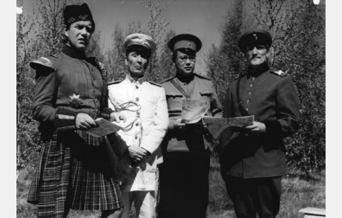 Ison-Britannian, Japanin, Neuvostoliiton ja Saksan sotilasasiamiehet (Kauko Vuorensola, Arvo Kuusla, Hannu Halonen ja Åke Lindman) ovat saapuneet tapaamaan sotaministeriä.